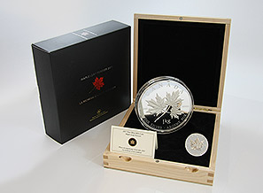 1 kg Maple Leaf in Holzbox, unten rechts 1 oz zum Vergleich